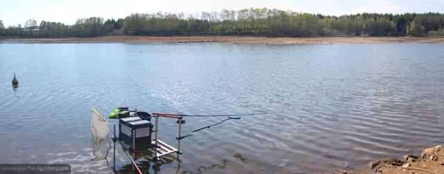Installation pêche au feeder au lac de Pareloup