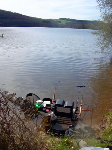 Installation sur la berge pour la pêche au feeder