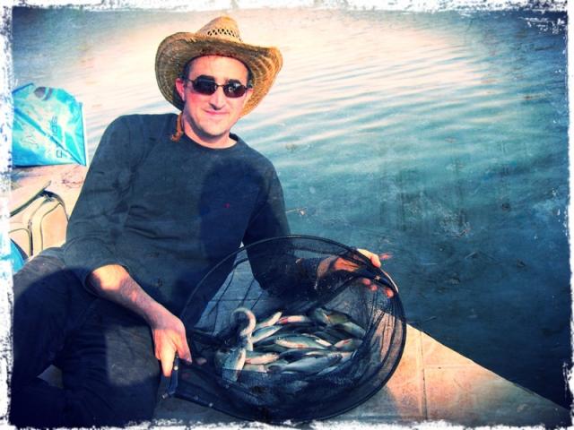 Le pêcheur au feeder pêche toute les taille de poissons