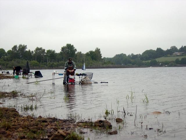 Des concurrents courageux sous la pluie avec le vent et la pluie