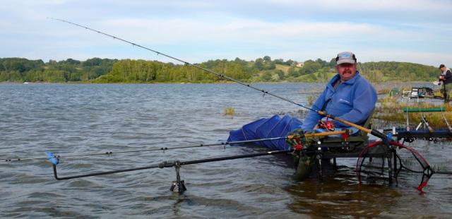 pêcheur au feeder au lac de pareloup