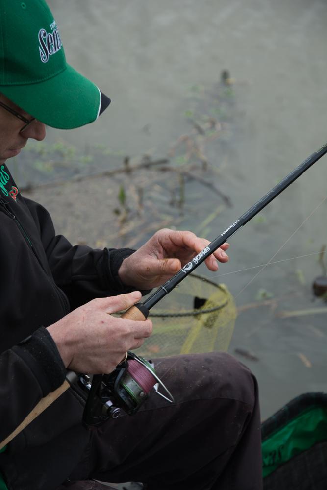 canne-feeder-sensas-black-arrow-800-14