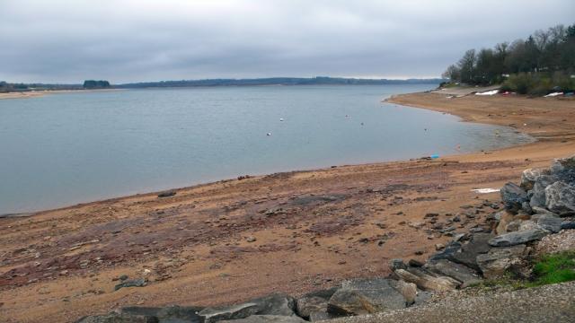 Le lac de Pareloup à marée basse