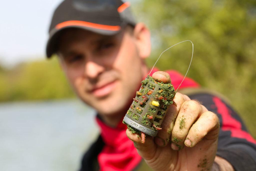 Le feeder est une cage qui permet de lancer esches et amorce sur le coup.