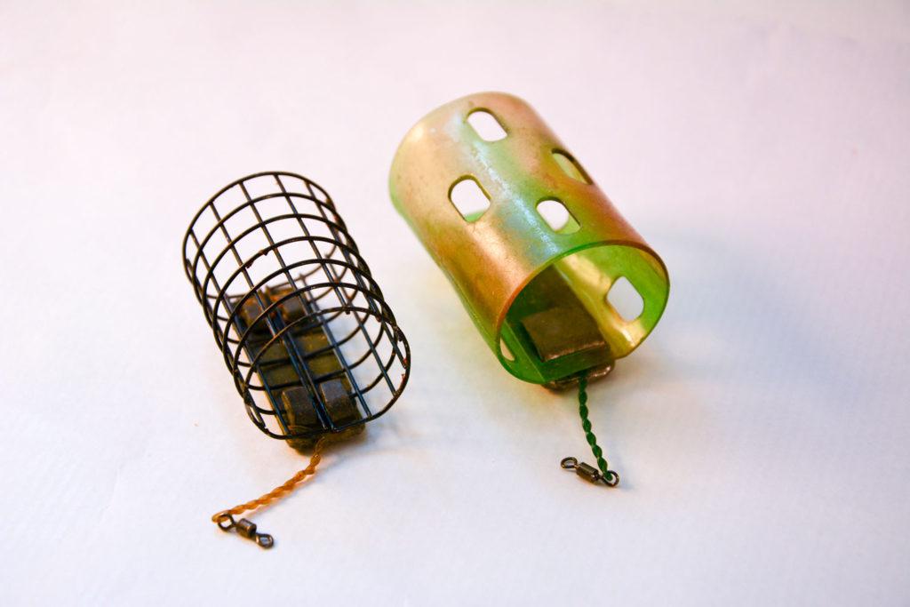 A gauche un feeder cage et à droite un modèle ouvert en plastique.